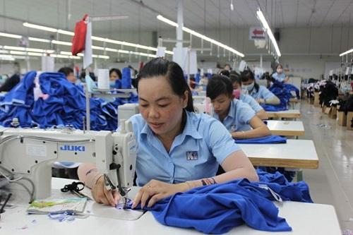 6964 - Chị Nguyễn Thị Như Ngà (ấp Tân An, xã Phước Tân, huyện Xuyên Mộc), công nhân công ty TNHH May Mặc Kingstyle thu nhập 5 triệu đồng tháng đủ để trang trải chi phí gia đình.